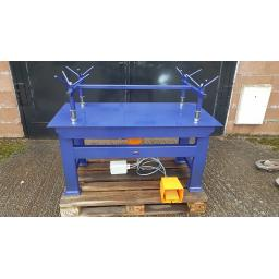 Vibrating table 1250x625 cw foot switch.jpg